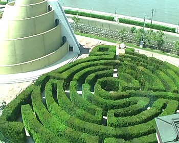 Bábeli torony, vöröskő-sivatag és labirintus Dél-Pesten, a színházkertben