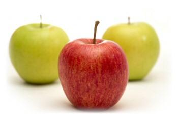 három alma: 2 golden és egy starking. a goldenek sárgák, és közöttük van a piros starking