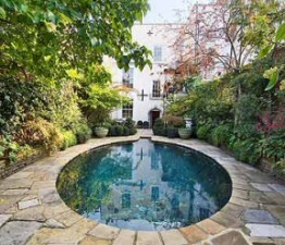 Úszómedence a kertben