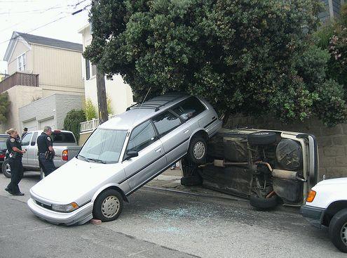 Autó a kerítésen