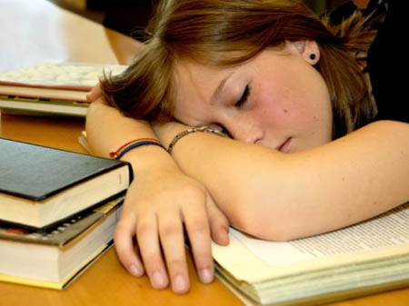 könyvön alvás