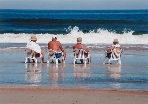 idősek a tengerparton
