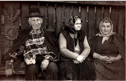 idősek a padon