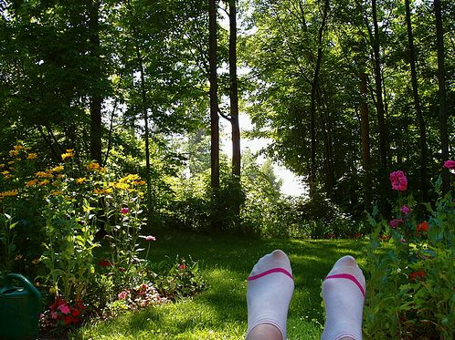 lábak a kertben