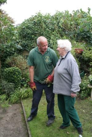 idősek a kertben