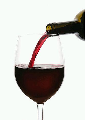 vörösbor pohárba öntve
