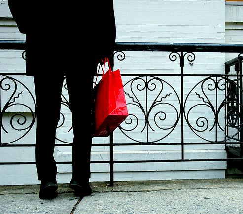 Férfi piros táskával