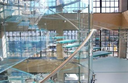 lebegő üveglépcső