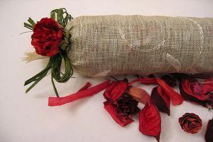 Hogyan készítsünk illatszeres zacskót szárított rózsából?