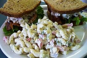 Tepsiben sült csirkés makaróni saláta