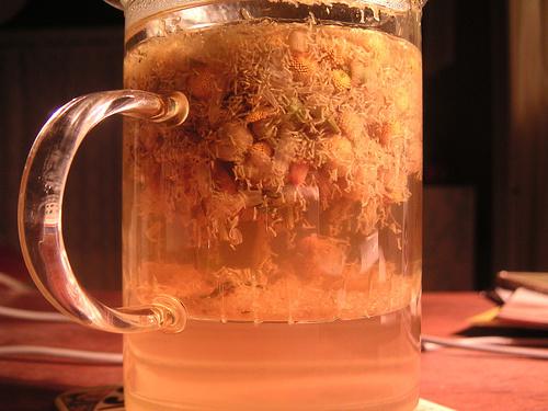 Kamillatea-fogyasztása