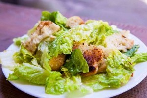 A klasszikus Cézár saláta római salátával az igazi