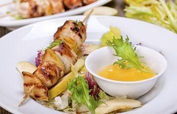 Csirke saslik salátával és paprikás mézes mártogatóssal