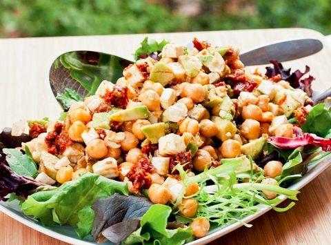 Csicseriborsó-saláta avokádóval