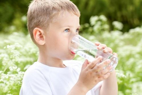 gyermek vizet iszik