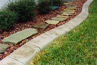Egy dekoratív betonszegély feldobja a díszkertet?