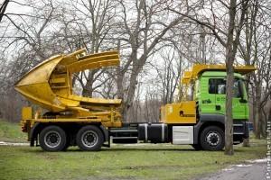 Idősfa-átültető gép, mintha egy legókatalógusból lépett volna elő