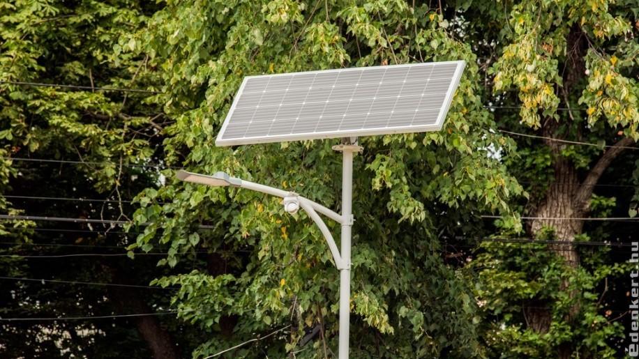 Fényt visz az éjszakába a napelemes közvilágítás